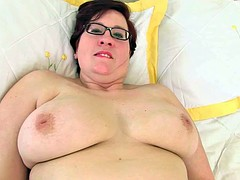 British milf janey gives her hairy pussy a treat