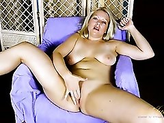 Blue eyed milf beauty fingers her shaved pussy
