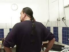 Chef fickt Azubi Teen wegen Gehalts auf Arbeit durch