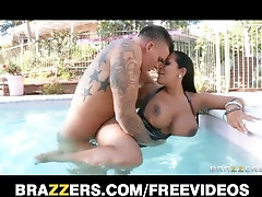 Latina COUGAR with XXL orbs drills the pool dude in the pool